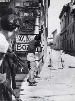 firenze Civili armati lungo via dei Serragli in agolo con via della Chiesa presso il bar E