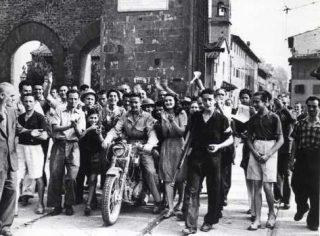 firenze Civili danno il benvenuto alle truppe sudafricane Piazzale Porta Romana