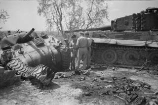firenze Sherman serbatoio distrutta da un carro armato tedesco della tigre nella zona di Firenze, l'Italia, la seconda guerra mondiale - Fotografia scattata da George Kaye