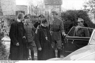 montecassino_Generale tedesco Frido von Senger con prete italiano Gregorio Diamare Feb 1944