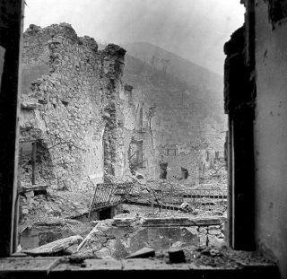 montecassino_Monte Cassino monastero in rovina, Italia, 1944