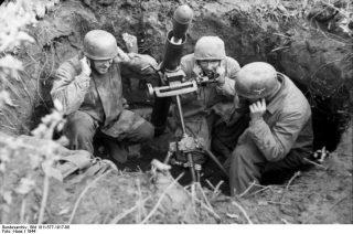montecassino_Paracadutisti tedeschi con 8 cm GRW 34 malta combattimenti vicino a Cassino, Italia, 1944