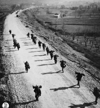 montecassino_Soldati americani marciano al passo con le loro ombre verso Cassino a nord di Mignano
