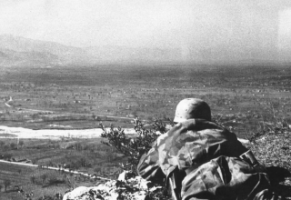 montecassino_paracadutista sdraiato a Monte Cassino di guardia febbraio 1944
