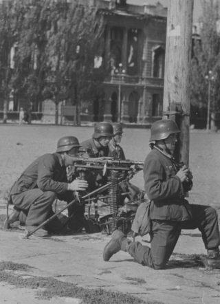 german soldier con mitragliatrice