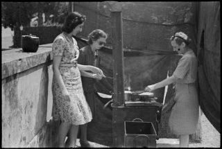 Donne rifugiate italiani che cucinano fuori a sud di Firenze