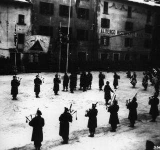 Le cornamuse delle Scotish Guard suonano davanti al Gen