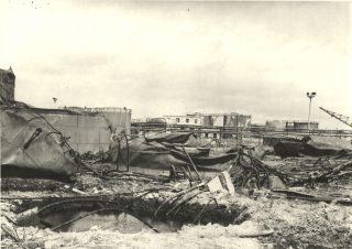 livorno  tutto ciò che rimane di questa sezione di una raffineria di petrolio a Livorno Italia dopo essere stato attaccato da bombardieri mediterranea forze aeree alleati