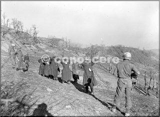 10divisione di montagna guardia cinque prigionieri tedeschi su una collina italiano appennino