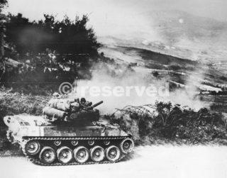 Americano M18 Tank Destroyer Hellket on the road nelle vicinanze della città italiana di Firenzuola