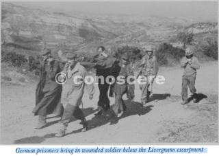 Veduta del terreno che ha davanti diThe Divisione 34 ° al di là di Monzuno prigionieri tedeschi portare in soldato ferito sotto la scarpata Livergnano