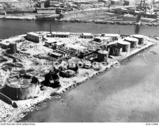 distrutti o danneggiati serbatoi dell'olio sulla banchina nella zona del porto di livorno dopo gli attacchi aerei alleati
