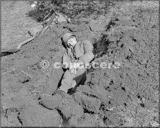 feb 1945 10mountain division pisolino fanteria uomo in buco con il suo fucile e zaino vicino monte belvedere