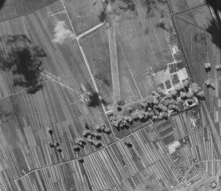 Bombe sganciate dagli aerei 99th 346 Bomb Squadron 15 Air Force impianti a Pisa Airdrome durante bombardamento del 31 agosto 1943