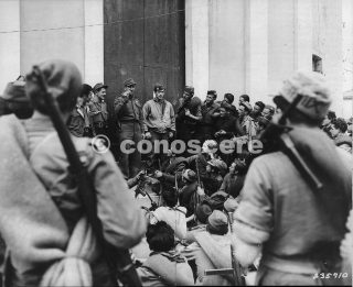 Feb1945 Vidiciatico Appennino Italy partigiani e il tenente americano parlano per assalto mt belvedere