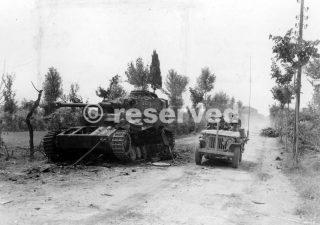 Jeep con soldati esercito Stati Uniti presso e carro armato tedesco abbattuto nei pressi Pontedera pisa
