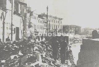 Nella foto gli effetti del bombardamento di Pisa sui lungarni Pisa