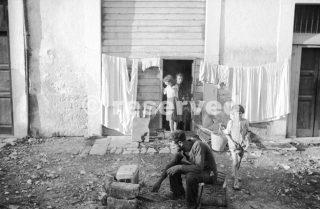 Foggia Italia Ottobre 1943 La vita come viene vissuta da molti degli abitanti_foggia bombardamento
