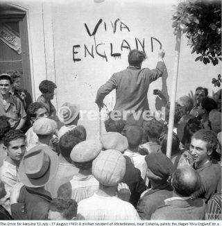17-08-43-civile di Misterbianco nei pressi di Catania dipinge lo slogan Viva Inghilterra_sicilia word war