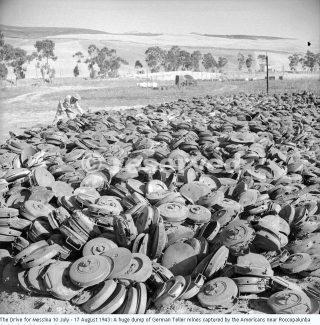 17 ago 1943 Un enorme discarica di mine Teller tedeschi catturati dagli americani vicino Roccopalunba durante la loro unità in Palermo_sicilia word war