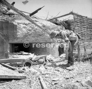 9-10 luglio 1943 Un soldato britannico ispeziona un fortino italiano catturato nella zona di Pachino sicacusa_sicilia word war