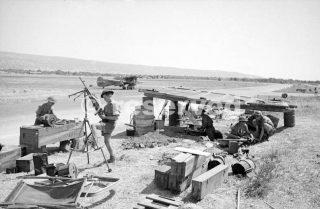 Assistenza Le operazioni di commando dalla copertura improvvisata dalla pista perimetrale a Comiso Sicilia_sicilia word war