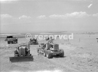 Drive per Messina 17 agosto 1943 Un campo di grano siciliano viene convertito campo di volo della Royal Air Force_sicilia word war
