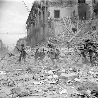 Fanteria scramble sopra le macerie in una strada devastata a Catania 5 agosto 1943_sicilia word war