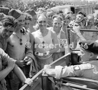Generale Montgomery ferma la sua auto per parlare con Royal Engineers lavorare su una strada nei pressi di Catania 2 Agosto 1943_sicilia word war