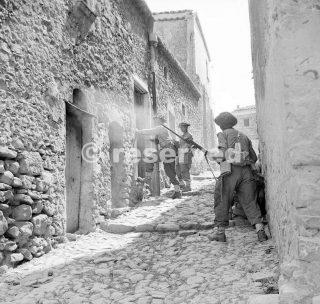 Gli uomini del 6 Inniskillings 38a Brigata irlandese case alla ricerca durante le operazioni di rastrellamento a Centuripe enna Sicilia agosto 1943_sicilia word war