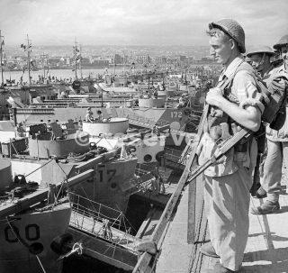 Le truppe di 2 battaglione reggimento Northamptonshire attesa di salire a bordo mezzi da sbarco a Catania in Sicilia per l'invasione Italia_sicilia word war