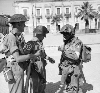 Men of the 6th Durham Light Infantry chat with an American paratrooper in Avola siracusa 11 July 1943_sicilia word war