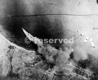 Messina fotografia aerea mostra una delle ultime navi tedesche a lasciare Messina in fiamme dopo essere stato bombardato dalla Royal Air Force al largo della costa siciliana_sicilia word war