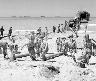 Operazione Husky il personale di una spiaggia Balloon distacco portare bombole di gas a terra nei pressi di Scoglitti ragusa Sicilia