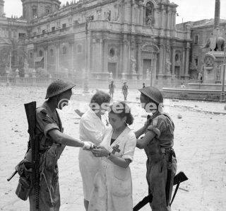 infermieri italiani medicano le ferite minori di due soldati britannici a Catania 5 agosto 1943_sicilia word war