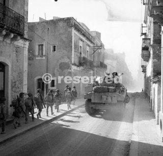 tank e la fanteria anticipo attraverso la città di Carlentini siracusa15 Luglio 1943_sicilia word war
