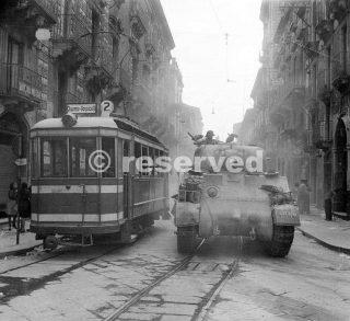 tank passa il tram  in via Garibaldi durante l'entrata in Catania 5 ago 1943_sicilia word war