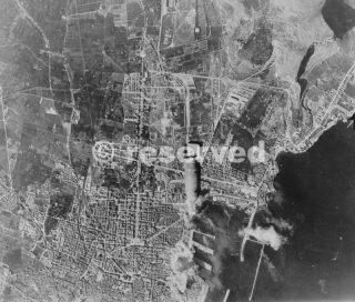 Bombardamento aereo del porto della città italiana di Palermo sicilia da bombardieri americani