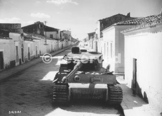 Carro armato tedesco Tiger  minato dai tedeschi e gettati per le strade della città siciliana di Biscari