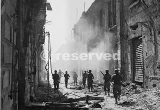 US scouting alla ricerca di cecchini nemici a Messina in Sicilia agosto 1943