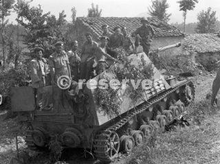 soldati canadesi su semoventi tedeschi Nashorn allineati sulla strada villaggio italiano Pontecorvo