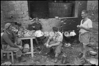 22 NZ Battalion outside their cookhouse near Rimini_rimini foto di guerra