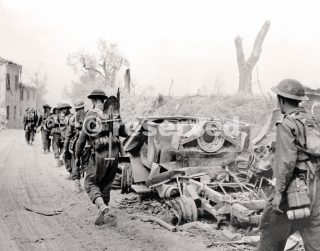 Canadian troops advance on Rimini September 1944