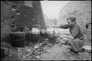 Charlewood, un cuoco di 22 NZ Battaglione alimenta il suo fuoco nelle zone di andata vicino a Rimini_rimini foto di guerra