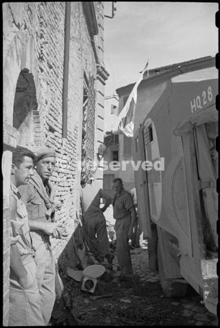 McCartney and A J Thompson outside the 22 NZ Battalion Regimental Aid Post in Rimini 22 set 1944_rimini foto di guerra