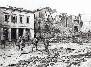Rimini fanteria greca in Piazza Giulio Cesare oggi Tre Martiri 21 settembre 1944_rimini foto di guerra
