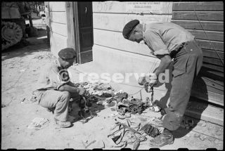 W Dixie and B Gray examining gear abandoned by enemy troops in Rimini-22 set 1944_rimini foto di guerra