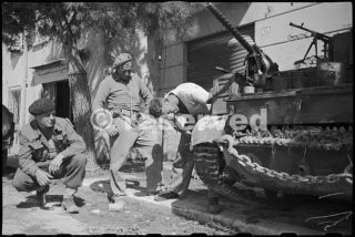 World War II New Zealand soldiers make adjustment to their Bren carrier in Rimini_rimini foto di guerra