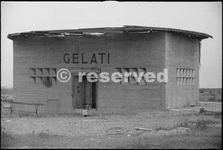 fortificazione tedesca sulla costa a 5 km da Rimini  Le finestre sono dipinte sul cemento edificio camuffato x rappresentare una gelateria_rimini foto di guerra