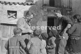 Gli uomini di 2 Divisione neozelandese fraternizzare con i bambini del villaggio dove sono a riposo dopo un periodo in prima linea nei pressi di Orsogna_foto di guerra